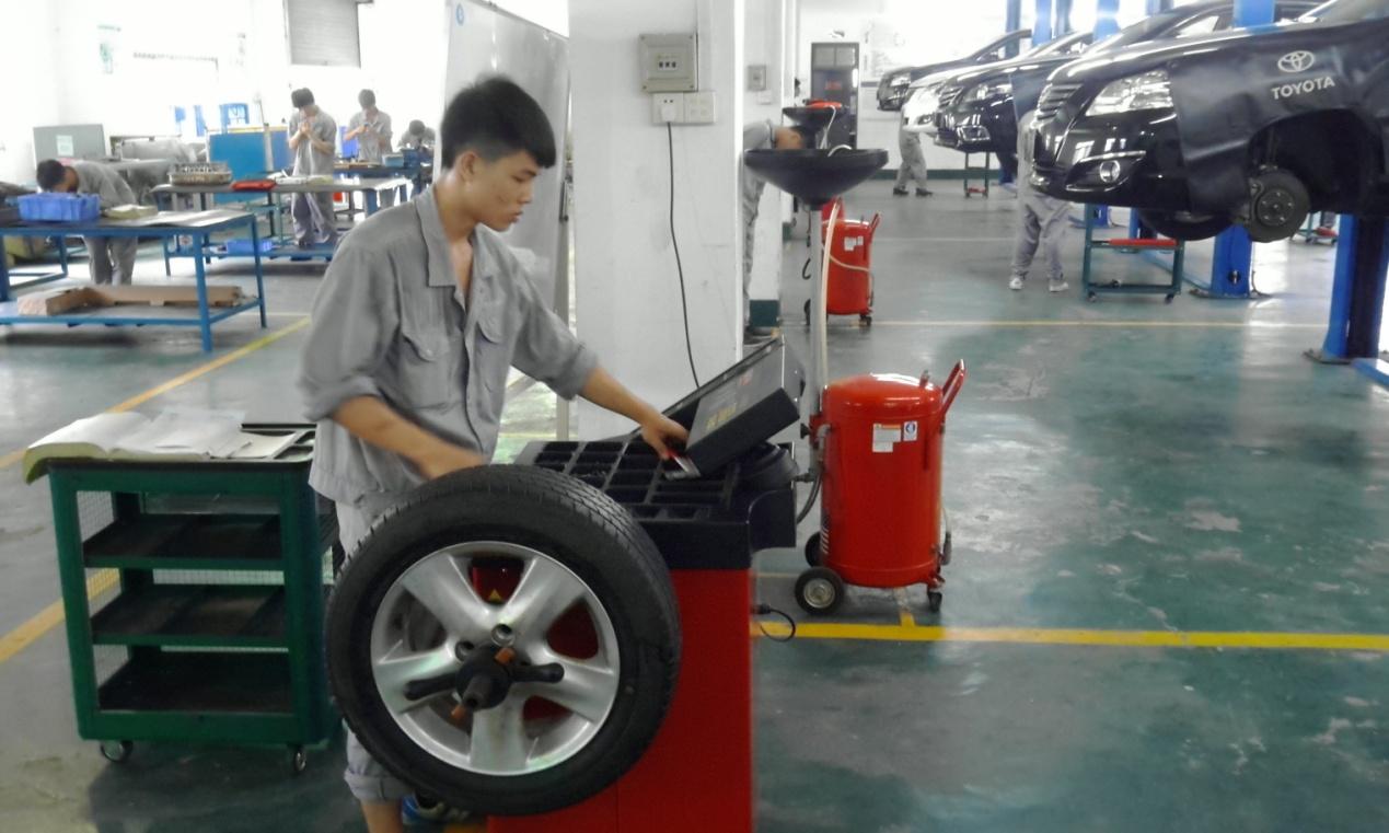 """汽车检测维修车间为蓝本建造,按照汽车检测与维修技术专业""""校企共建"""