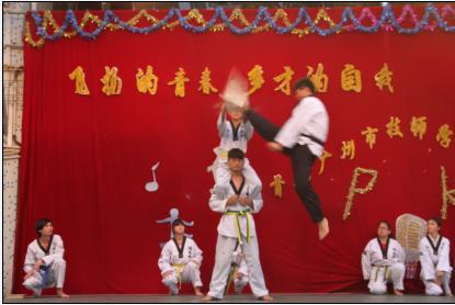 """学生跆拳道社团的成立为我校""""跆拳道""""发烧友提供了一个""""亮我青春,展"""
